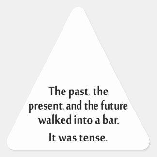 El pasado, el presente, y el futuro caminaron en pegatina triangular