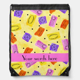El pasaporte del vintage sella el amarillo de mochilas