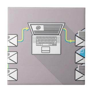 El pasar a través de correos electrónicos en el azulejo cuadrado pequeño