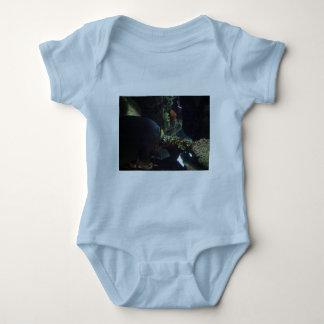 El paseo suavemente y lleva un pescado grande body para bebé