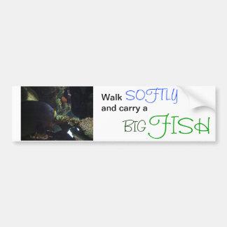 El paseo suavemente y lleva un pescado grande etiqueta de parachoque