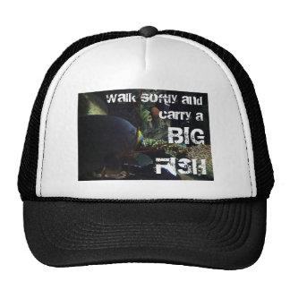 El paseo suavemente y lleva un pescado grande gorras
