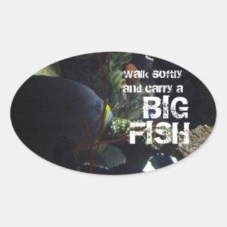 El paseo suavemente y lleva un pescado grande pegatina ovalada