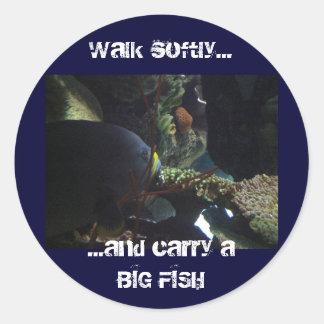 El paseo suavemente y lleva un pescado grande pegatina redonda