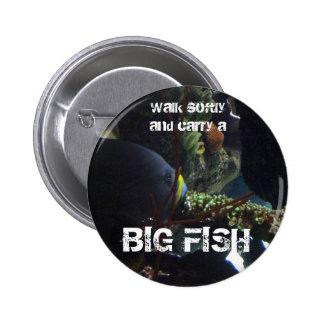 El paseo suavemente y lleva un pescado grande pin redondo 5 cm