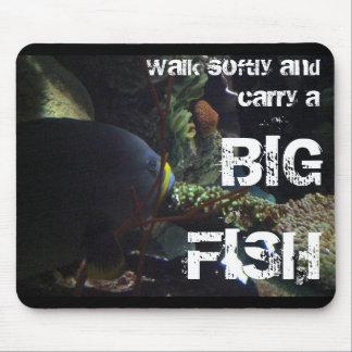 El paseo suavemente y lleva un pescado grande alfombrillas de ratón