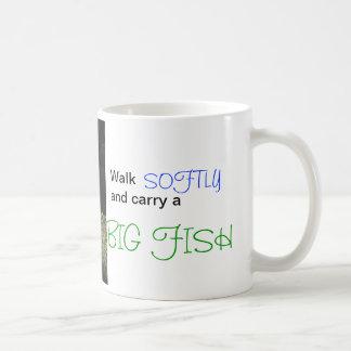El paseo suavemente y lleva un pescado grande taza