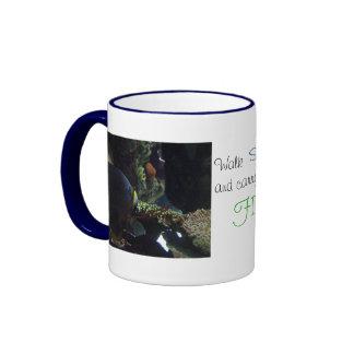 El paseo suavemente y lleva un pescado grande taza de dos colores