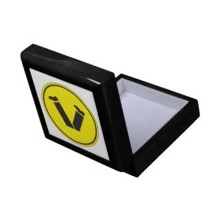 El paso de peatones, trafica la señal de peligro, caja de regalo cuadrada pequeña