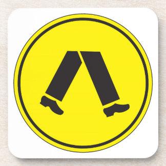 El paso de peatones, trafica la señal de peligro, posavasos de bebidas