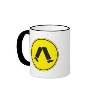El paso de peatones, trafica la señal de peligro, taza de café