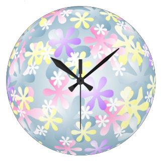 El pastel bonito florece el reloj de pared