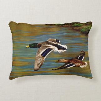 El pato silvestre Ducks el vuelo Cojín Decorativo