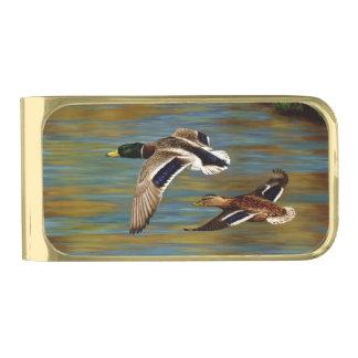 El pato silvestre Ducks volar sobre la charca Clip Para Billetes Dorado