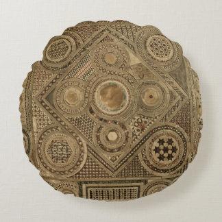 El pavimento de mosaico antes del altar, platea A Cojín Redondo
