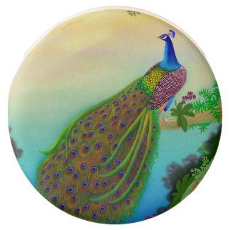 El pavo real azul indio sumergió las galletas de