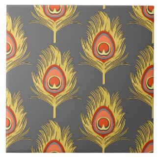 El pavo real empluma, amarillo de la mostaza en azulejo cuadrado grande