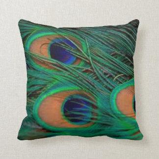 El pavo real empluma la almohada