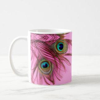 El pavo real empluma la taza de café