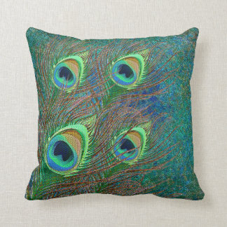El pavo real empluma las almohadas coloridas del
