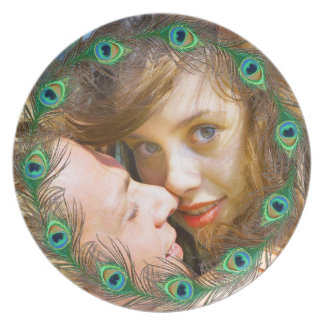 El pavo real empluma las placas románticas del platos
