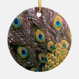 El pavo real empluma verde esmeralda y el oro adorno navideño redondo de cerámica