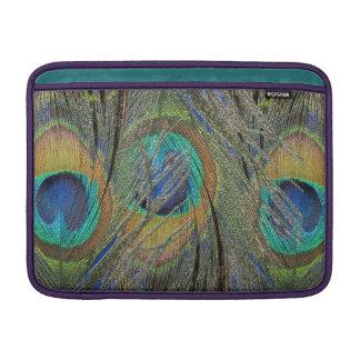 El pavo real empluma y observa la cubierta de MacB Fundas MacBook