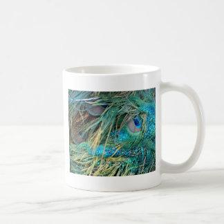 El pavo real masculino empluma el azul y el verde taza de café