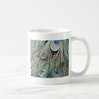 El pavo real natural observa plumas mullidas taza de café