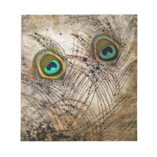 El pavo real polvoriento empluma la libreta bloc de notas