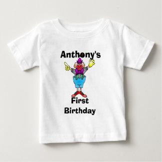 El payaso colorido personalizó la camiseta del playera