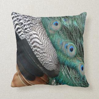 el peafowl empluma pequeños ojos cojin