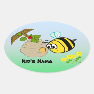 El pegatina oval del niño lindo de la abeja