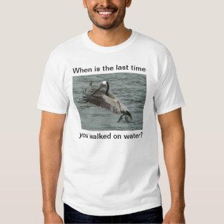 El pelícano camina en el agua camisas