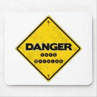El peligro Fart elaborando cerveza Alfombrillas De Ratón