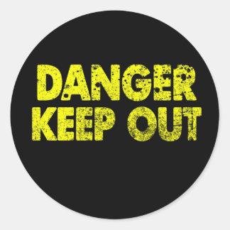 El peligro guarda hacia fuera pegatina redonda