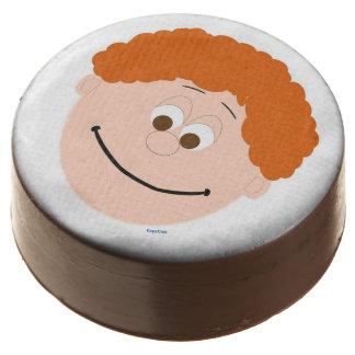 El pelo anaranjado Brown observa la cara de los
