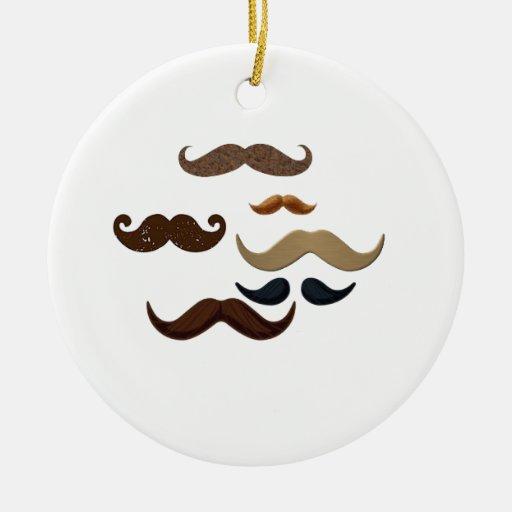 El pelo del collage del bigote añade nombre añade adorno navideño redondo de cerámica