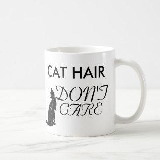 El pelo divertido del gato no cuida la taza