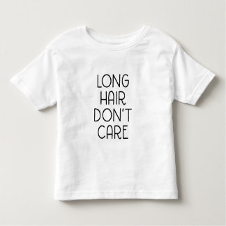 El pelo largo no cuida la camiseta del niño playeras