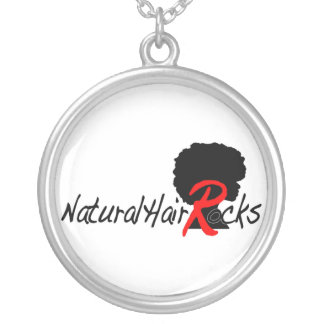 El pelo natural oscila el collar