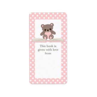 El peluche rosado del bebé refiere la etiqueta del etiqueta de dirección