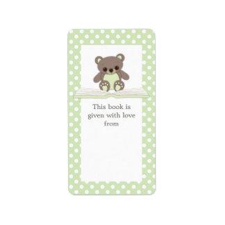 El peluche verde del bebé refiere la etiqueta del  etiquetas de dirección