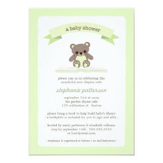 El peluche verde trae una invitación de la fiesta