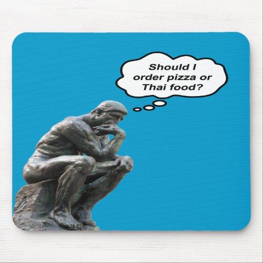 ¿El pensador de Rodin - pizza o comida tailandesa? Alfombrilla De Ratón