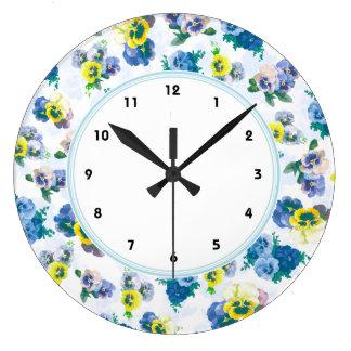 El pensamiento azul florece el estampado de flores reloj redondo grande
