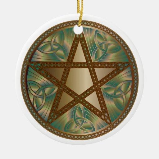 El Pentagram, Tri-Quatras y el Celtic anuda el Adorno Navideño Redondo De Cerámica