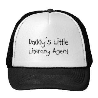 El pequeño agente literario del papá gorro de camionero