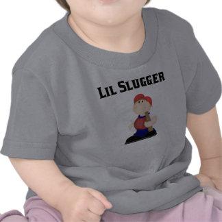 El pequeño bateador embroma la camiseta