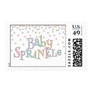El pequeño bebé asperja franqueo de la ducha del timbres postales